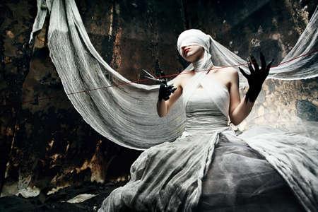 strega: Colpo di una ragazza di crepuscolo in abito bianco. Halloween, orrore.