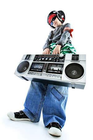listening to music: Disparo de un adolescente de moderno escuchando m�sica en auriculares. Aislados sobre fondo blanco.  Foto de archivo