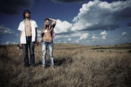 gitana: Hermosa joven pareja a hippie posando juntos sobre paisaje pintoresco.