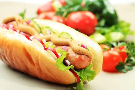 Zamknąć z hot dog. Fast food. Samodzielnie na białym tle.
