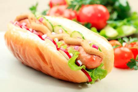 perro caliente: Close up de hot dog. Comida r�pida. Aislados sobre fondo blanco.  Foto de archivo