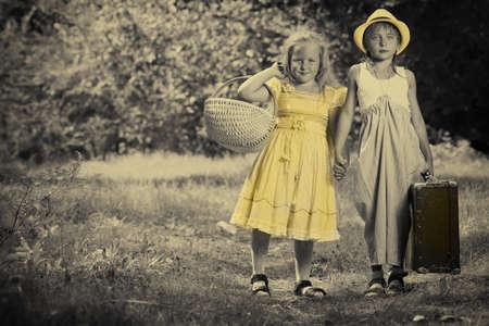ni�os caminando: Dos hermosos hijos caminando juntos. Estilo retro.  Foto de archivo