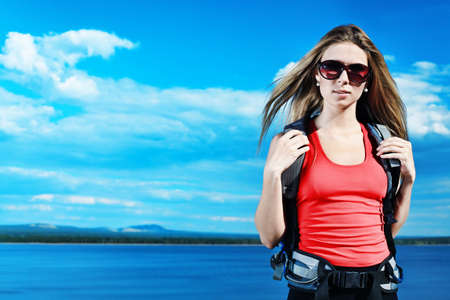 MÅ'oda kobieta turystyczne stwarzajÄ…cych w górach. Zdjęcie Seryjne