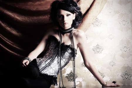 Schöne fashionable Frau über Vintage Hintergrund. Standard-Bild