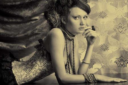 corsetto: Bella donna moda su sfondo vintage.