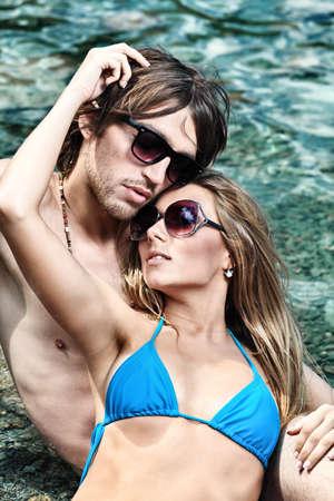 casados: Feliz pareja joven, tener un descanso en una playa.  Foto de archivo