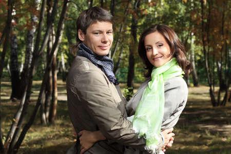 pareja de esposos: Happy se cas� con par en el Parque de oto�o.  Foto de archivo