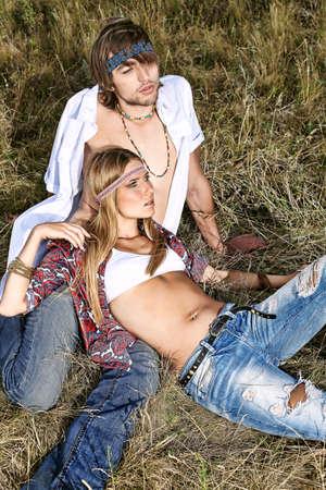mujer hippie: Hermosa joven pareja a hippie posando juntos sobre paisaje pintoresco.