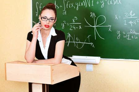 maestra ense�ando: Tema educativo: Retrato de una profesora de atractiva.