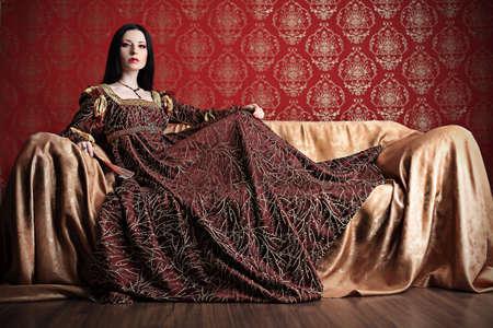 vestido medieval: Retrato de una hermosa mujer en la vestimenta de la �poca medieval. Rodada en un estudio.