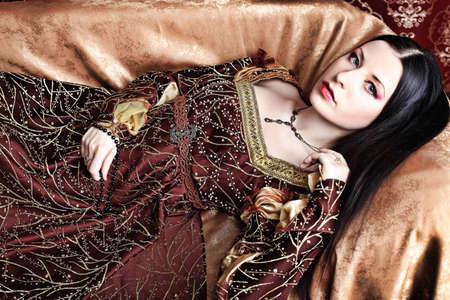 medieval dress: Retrato de una hermosa mujer en la vestimenta de la �poca medieval. Rodada en un estudio.