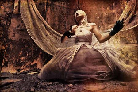 infierno: Tiro de una ni�a de Crep�sculo en vestido blanco. Halloween, horror.  Foto de archivo