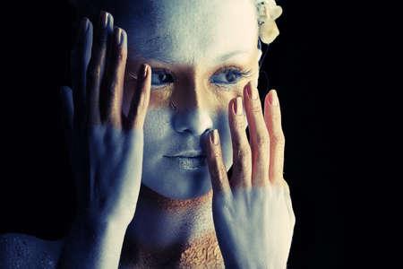 mimo: Retrato de una mujer art�stica pintado con los colores blanco y bronce, sobre fondo negro. Proyecto de pintura de cuerpo.
