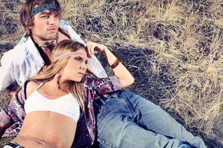 mujer hippie: Hermosas j�venes parejas a hippie posando juntos sobre paisaje pintoresco.  Foto de archivo