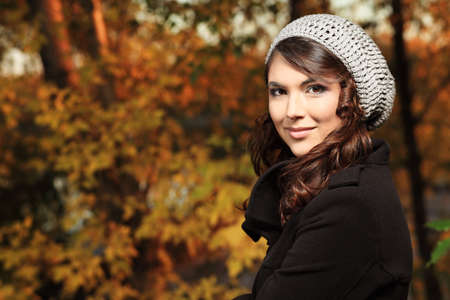 feuillage: Jeune femme jolie dans le parc en automne.  Banque d'images