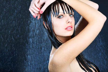 femme noire nue: Portrait d'une jeune femme sexy sous l'eau. Th?: beaut?spa, soins de sant?
