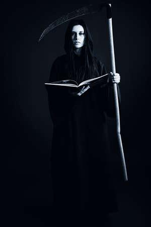 sense: Frau Tod Reaper gegen�ber dem schwarzen Hintergrund. Halloween. Lizenzfreie Bilder