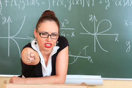 educadores: Tema educativo: Retrato de la profesora enojada. Foto de archivo