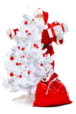 pere noel: Thème de Noël : Santa Claus avec des cadeaux et des arbres de Noël. Isolé sur fond blanc.