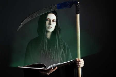 evil girl: Donna morte reaper su sfondo nero. Halloween.