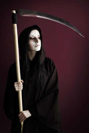 sense: Frau Tod Reaper �ber schwarzen Hintergrund. Halloween.