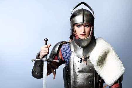 Porträt einer mittelalterlichen weiblicher Ritter in der Rüstung über grau hintergrund.
