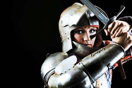 Porträt einer mittelalterlichen weiblicher Ritter in der Rüstung über schwarzen Hintergrund. Standard-Bild