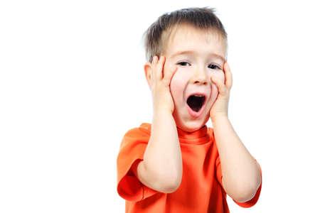 las emociones: Retrato de un ni�o peque�o divertido hacer caras. Aislado sobre fondo blanco.