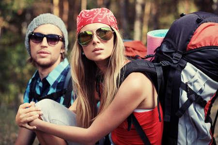 actividades recreativas: Par de turistas haciendo su viaje a las monta�as.