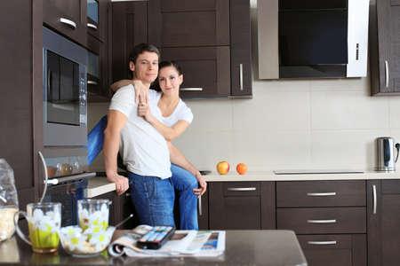 Feliz pareja se cas� con un descanso en su casa.