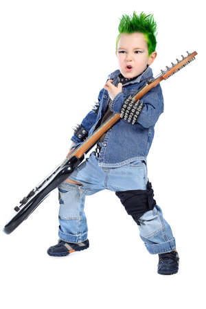 niño cantando: Chupito de un niño tocando música rock con la guitarra eléctrica. Aislado sobre fondo blanco.
