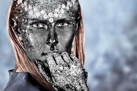 Retrato de una mujer de art�stica pintada de color negro y spangled. Proyecto de pintura del cuerpo. Joyer�a. Foto de archivo