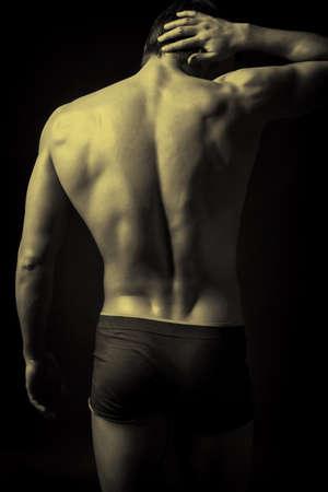 musculoso: Retrato de un joven muscular hermoso. Rodada en un estudio.