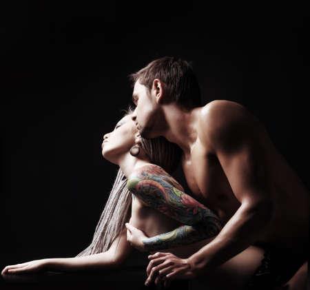 pareja desnuda: Chupito de un par de amante apasionado. Sobre fondo negro.