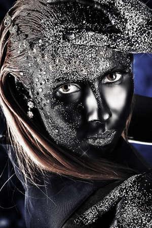 aretes: Retrato de una mujer de art�stica pintada de color negro y spangled. Proyecto de pintura del cuerpo. Joyer�a. Foto de archivo