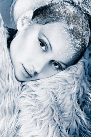 흰 서리: Art portrait of a snow female model in fur.  Fashion, beauty.
