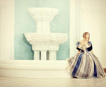 Retrato de una hermosa mujer con vestido de �poca medieval. Foto de archivo - 8751092