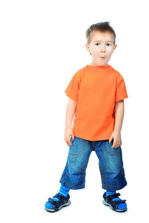 making faces: Ritratto di un ragazzino divertente, rendendo le facce. Isolato su sfondo bianco.