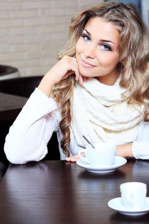 sexy blonde girl: Piękne młoda kobieta z herbaty na caf