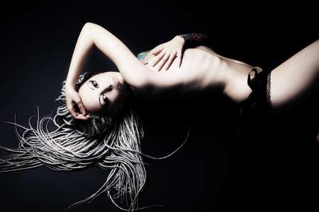 joven desnudo: Retrato de una hermosa joven desnuda. Moda.