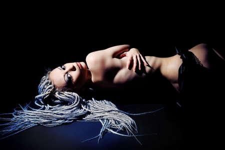 junge frau nackt: Portr�t von eine sch�ne nackte junge Frau gegen�ber dem schwarzen Hintergrund. Mode.