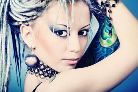 dreadlocks: Retrato de una mujer joven con estilo con rastas blancos. Moda.