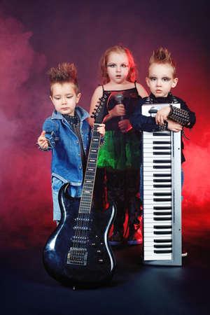 rocker girl: Grupo de ni�os cantando en estilo de heavy metal. Rodada en un estudio.