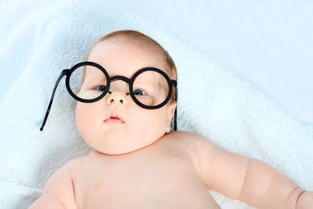 round glasses: Hermoso beb� en gafas. Rodada en un estudio.