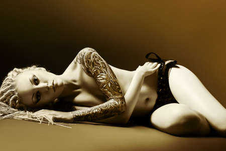 joven desnudo: Retrato de una hermosa joven desnuda sobre fondo negro. Moda.