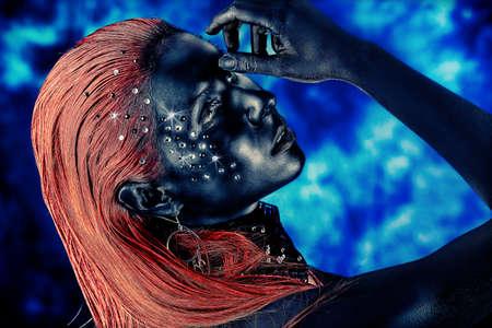 Ritratto di una donna artistica dipinte con colori nero e spangled. Body painting progetto. Gioielli. Archivio Fotografico