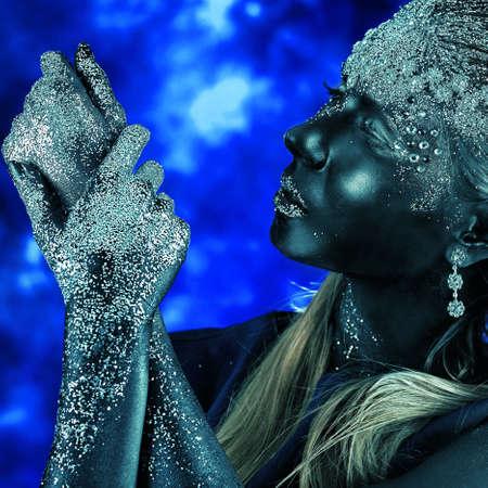 body paint: Retrato de una mujer art�stica pintada de color negro y spangled. Proyecto de pintura del cuerpo. Joyer�a.
