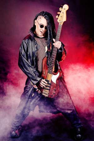dreadlocks: M�sico de heavy metal es tocar la guitarra el�ctrica. Rodada en un estudio.