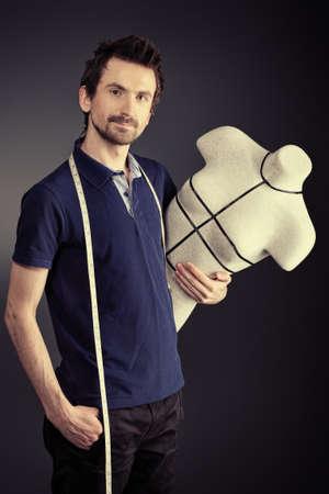 tailor measure: Ritratto di un designer di moda uomo lavorando con manichino allo studio. Archivio Fotografico