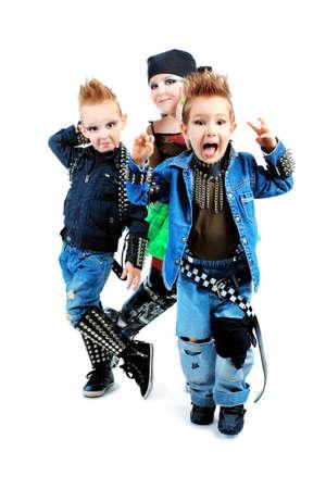 enfants qui dansent: Groupe d'enfants chantant dans le style heavy metal. Tourn? dans un studio. Isol? sur fond blanc.